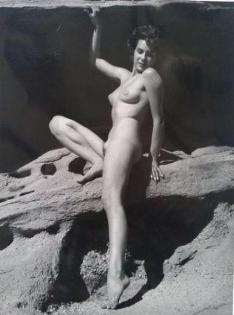Fotografía De Dienes  - Nu assise sur rocher