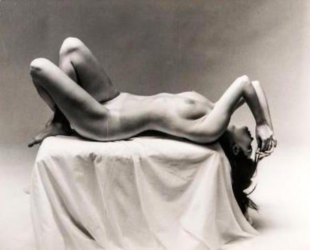 Fotografía De Dienes  - Nude Laying on Pedestal