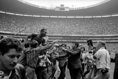 Fotografía Leifer - Pele on Shoulders on Fans