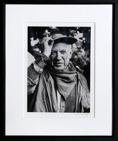Fotografía Clergue - Picasso a la Feria, revetu des habits de la Pena de Logrono - Nimes, 1959