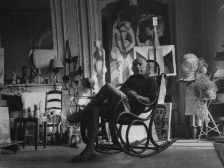 Fotografía Blum - Picasso dans son atelier