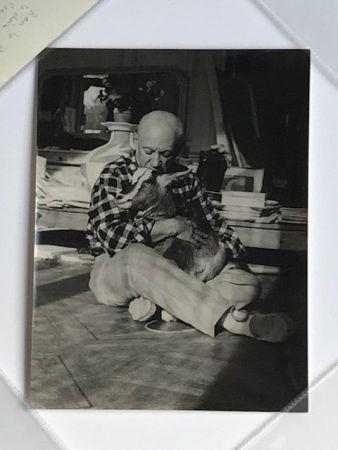 Fotografía Quinn - Picasso embrassant sa chèvre à la Californie