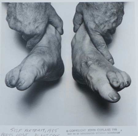 Fotografía Coplans - Selfportrait hands holding feet