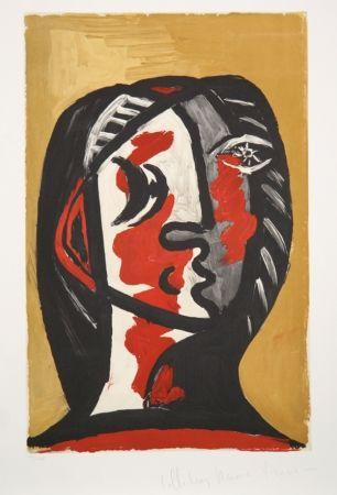 Litografía Picasso - Tete de Femme en Gris et Rouge sur Fond Ochre
